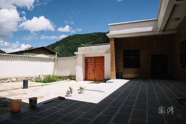 孙诺旺堆的新家坐落在通往国家公园的公路一侧,受家庭收入等因素限制,这座房子的建成用了近十年。