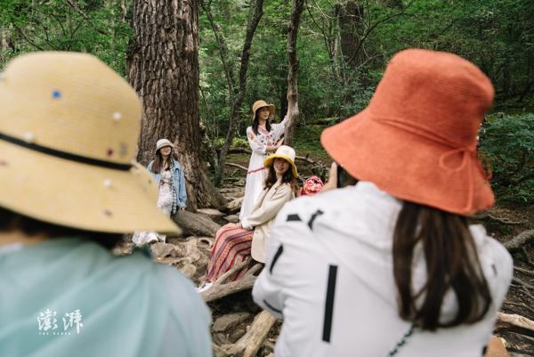 2019年8月4日,属都湖景区,游客离开步行栈道,进入云杉林中留影。