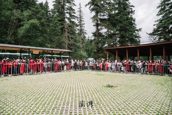 普达措国家公园,游客排队等待景区内的班车,公园目前不允许自驾车辆入内。