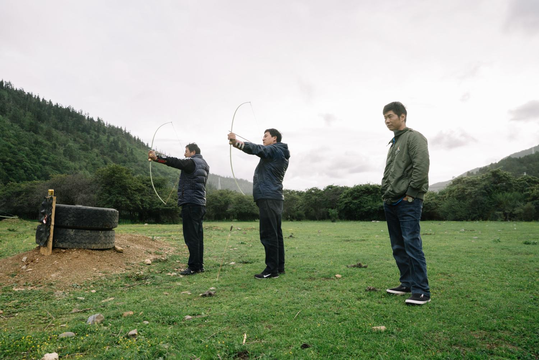 2019年8月3日,普达措国家公园,村民们在景区外的草地上练习射箭。尽管打猎不被允许,但为了维持祖辈相传的技艺,不少村民在每年春节都会参加当地举办的射箭比赛。