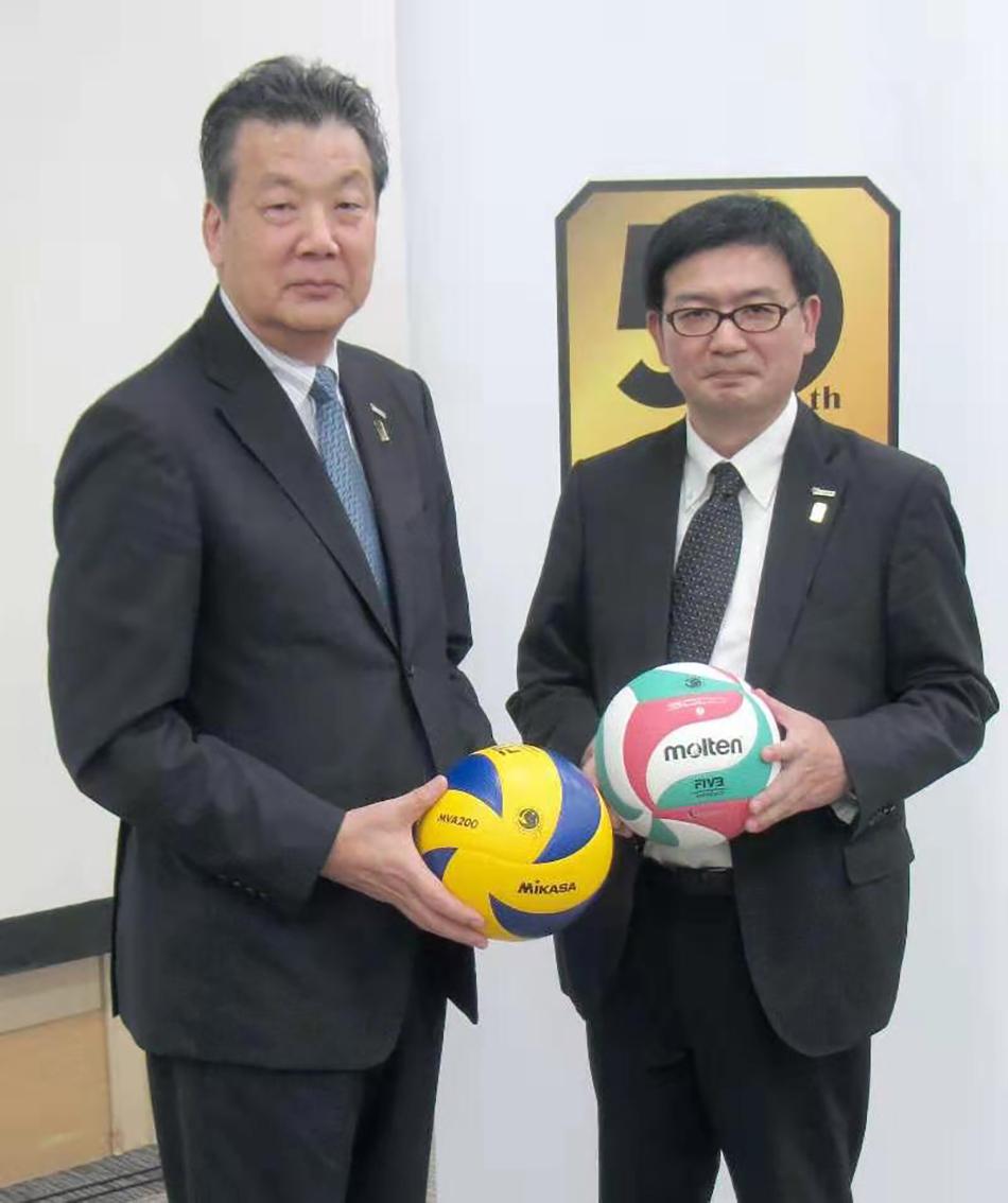 日本排球协会主席嶋冈健治(左)。