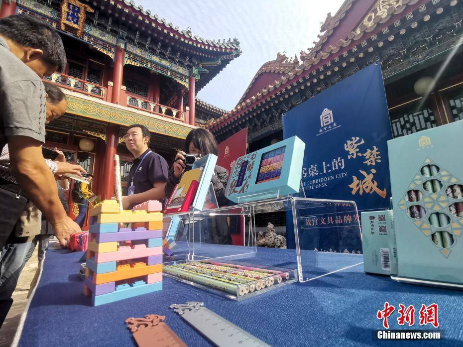"""故宫打造""""书桌上的紫禁城"""",推出百余款文具产品"""