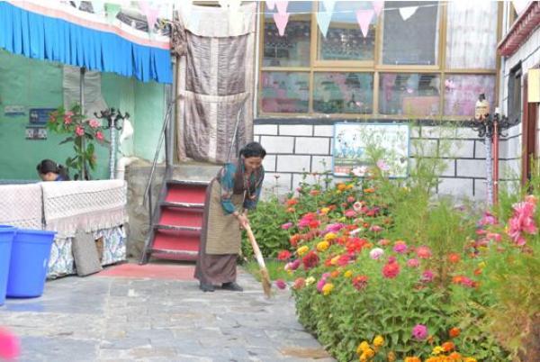 图为清澈浴疗温泉旅馆的米玛普赤正在打扫院子。