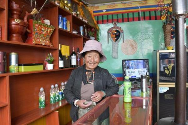 图为桑姆老人在温泉旅馆内工作。