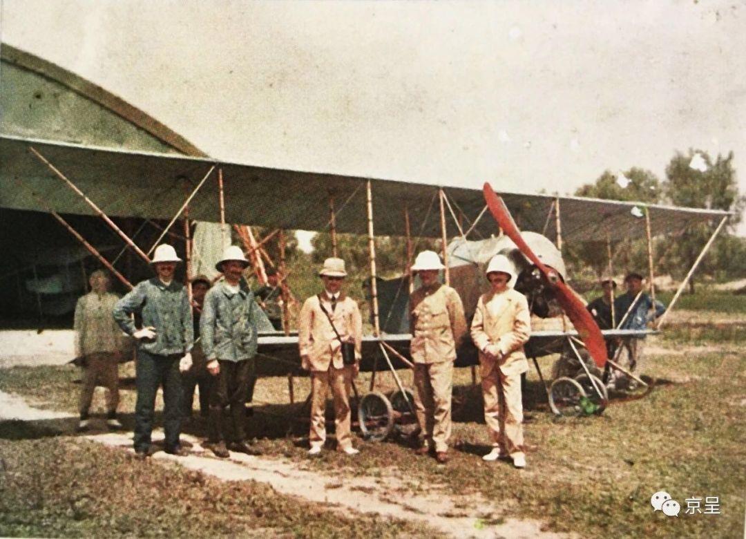 △1913年,法国飞行教练和机械师与一架高德隆G3型飞机在南苑机场合影(来源:北京日报)