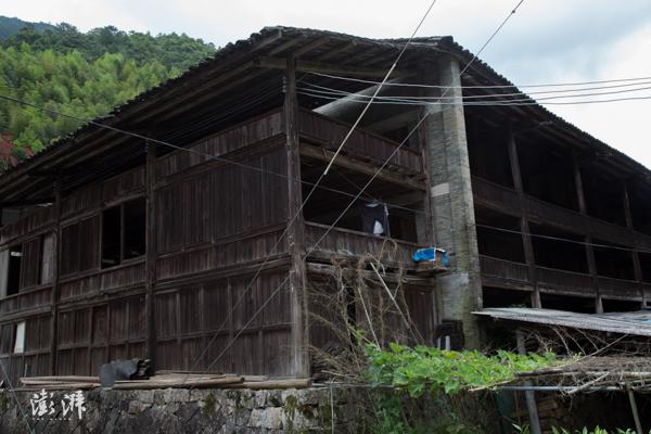 """""""青楼""""是传统桐木人制作正山小种的场所,""""青""""指茶青,图为桐木村现存最大的青楼。"""