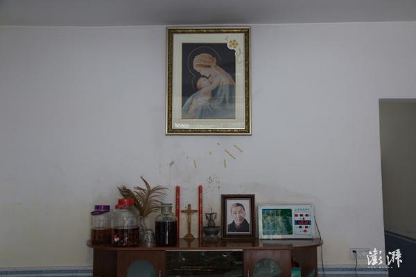 2019年8月8日,武夷山市桐木村,傅登旺家中客厅的陈列,桐木村曾是西方传教士来到中国的落脚处,桐木挂墩也是西方传教士采集并制作模式标本的据点之一,因而桐木村有相当比例的村民信奉天主教。