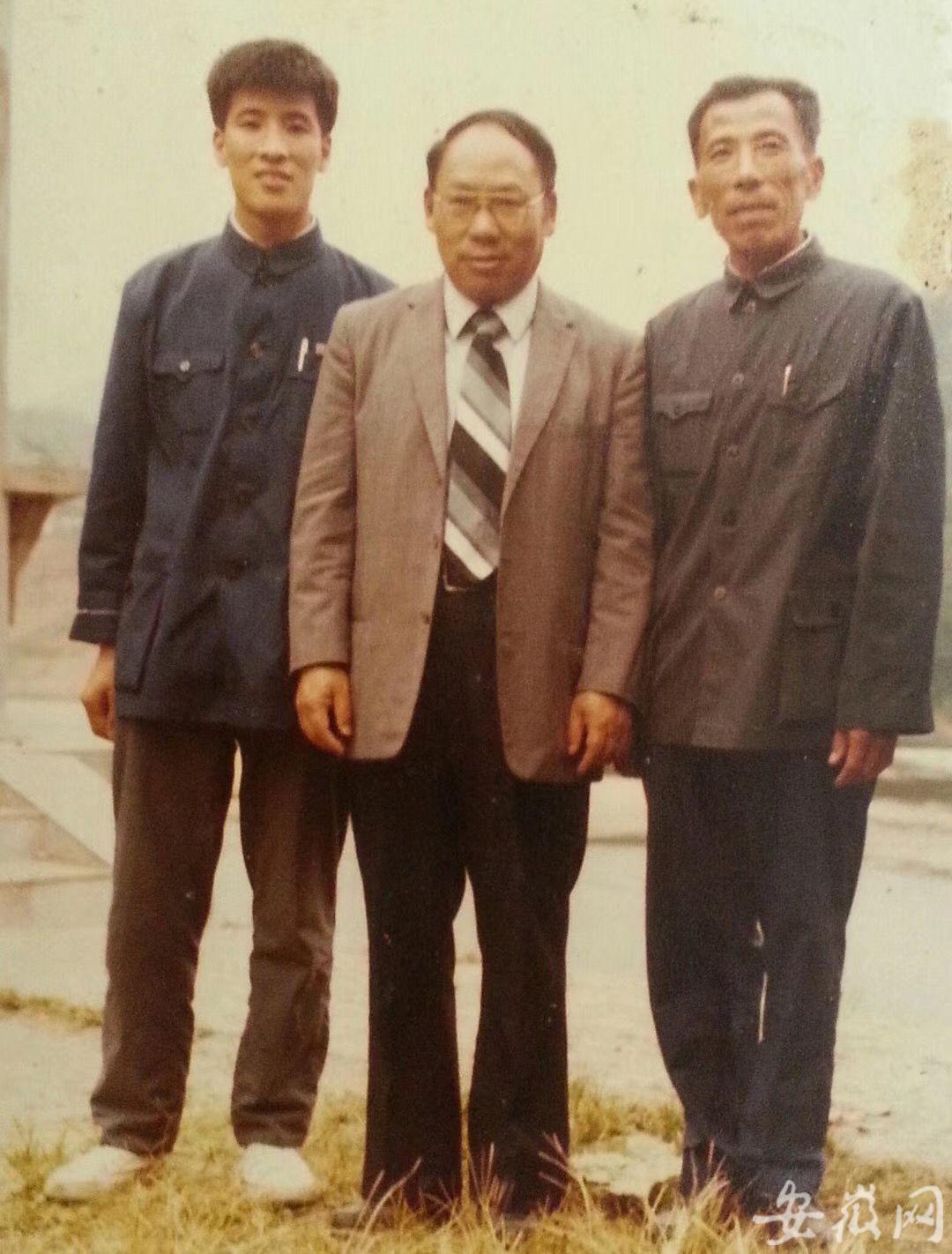 张逢铿(中)和张俊杰父子合影