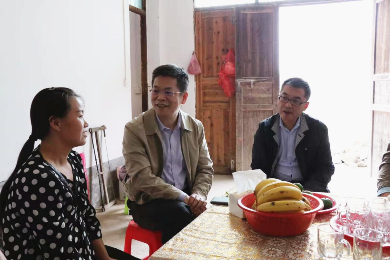 校党委书记邓卫在结对帮扶贫困户李早云家中走访。