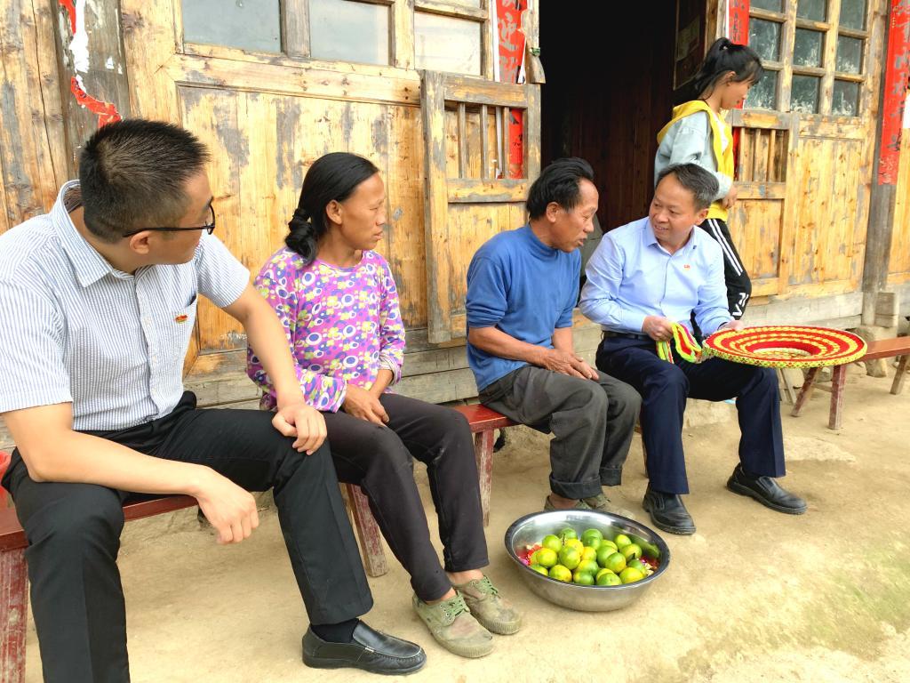 校长段献忠在支部结对帮扶贫困户奉族向家中走访。