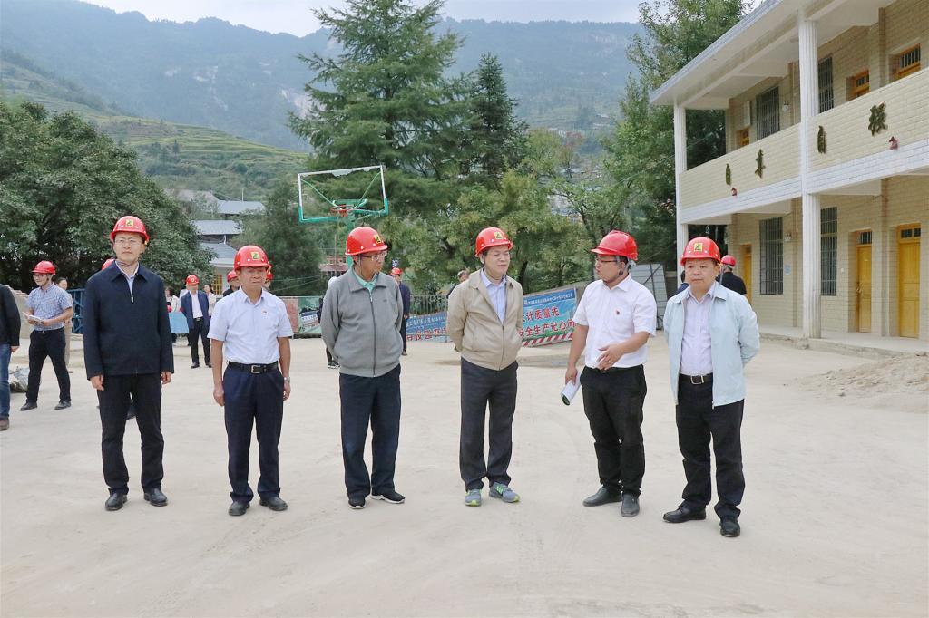 中心组调研白水洞村小学改扩建(白水洞村党员教育培训示范基地)建设项目现场。