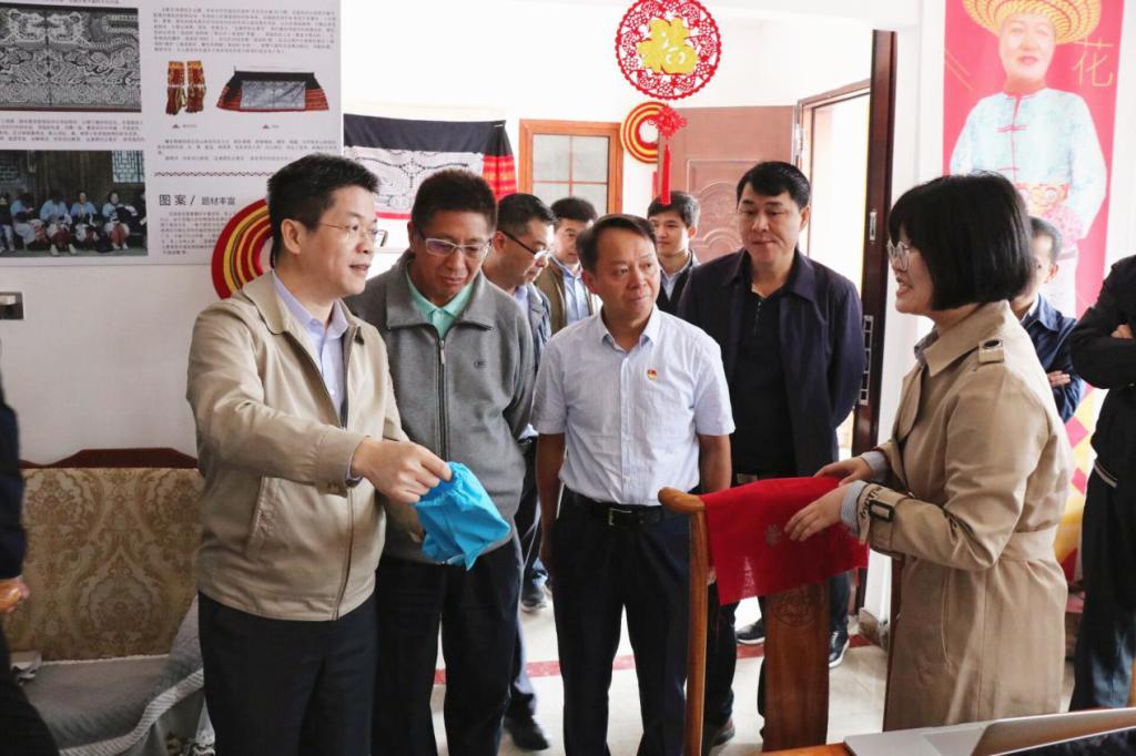 中心组调研花瑶花文创扶贫项目现场。