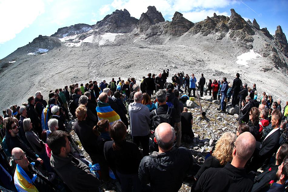 当地时间2019年9月22日,瑞士,人们登上山顶为正在消失的Pizol冰川举办哀悼仪式,以示对气候变化的关注。 视觉中国 图