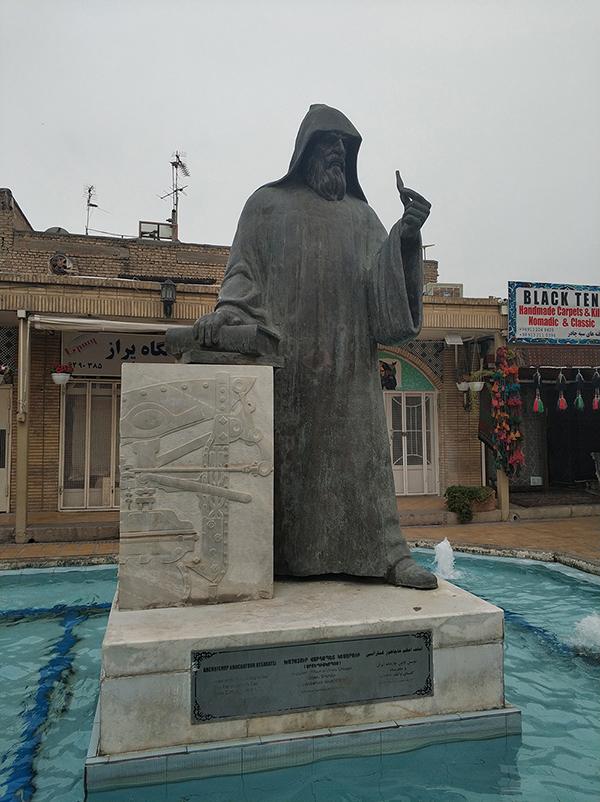 焦勒法街区的雕像