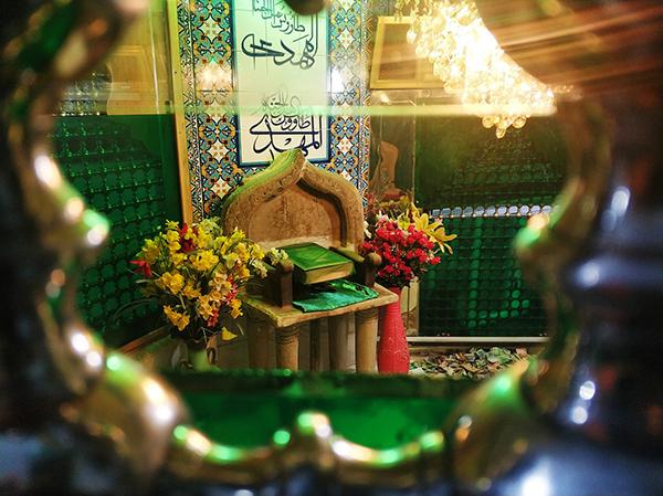 伊玛目马赫迪清真寺中的椅子。