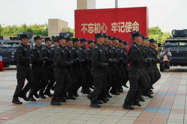 特警支队进行跑步前进比武项目