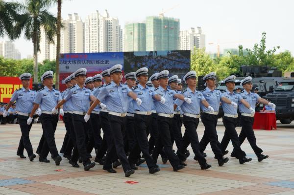 交警支队进行齐步前进比武项目