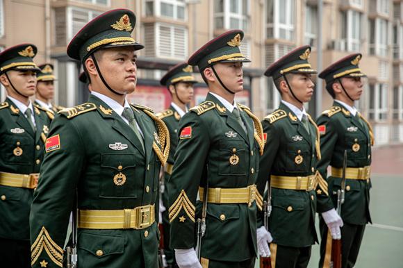 重庆警备区国旗护卫队组建自2012年,如今已有7年时间。 通讯员 田松 摄
