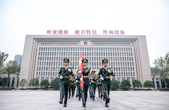 国旗护卫队的战士们纷纷表示,要走好每一步,升好每一次旗。 通讯员 田松 摄