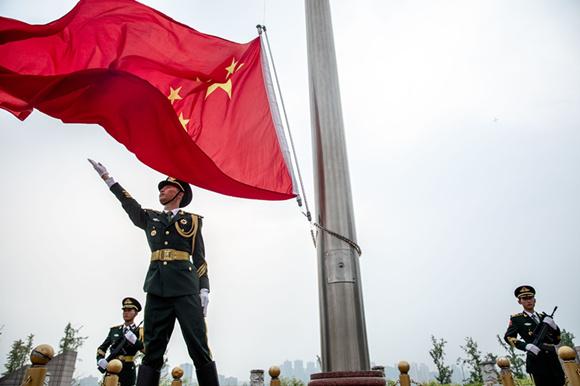 升旗手将鲜艳的五星红旗抛撒而出。 通讯员 田松 摄