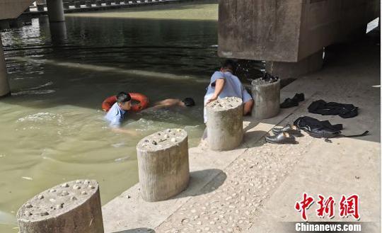 """17岁小伙砸手机后""""叛逆""""跳河,浙江海宁民警辅警协力救人"""