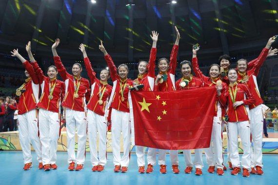 2016年里约奥运会女子排球决赛中,中国队以3比1战胜塞尔维亚队,夺得冠军。新华社 资料图