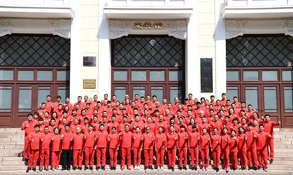 中国田径队在出征仪式后合影。  新华社 图