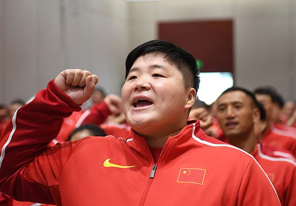 巩立姣代表运动员宣誓。   新华社 图