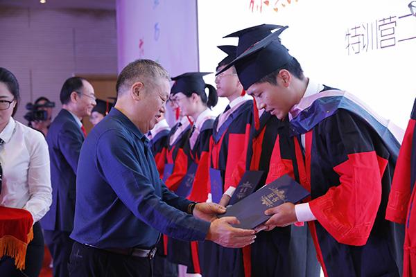 赚钱秘籍:他们接过养老特训营毕业证书,将在各地养老机
