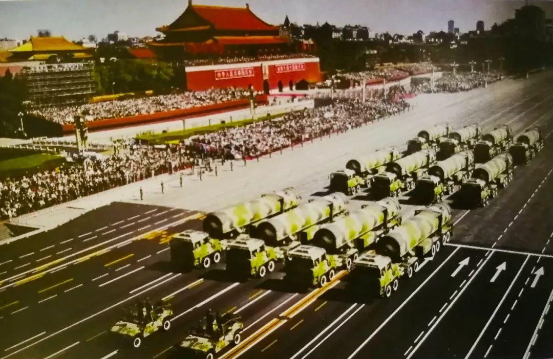 2009年10月1日,庆祝新中国成立60周年阅兵式上,我国自行研制的东风-31甲战略核导弹接受检阅。