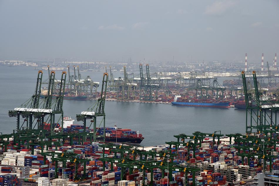 繁忙的新加坡港。新加坡港扼守马六甲海峡,战略地位重要,是世界最大的集装箱港口之一。 视觉中国 资料图