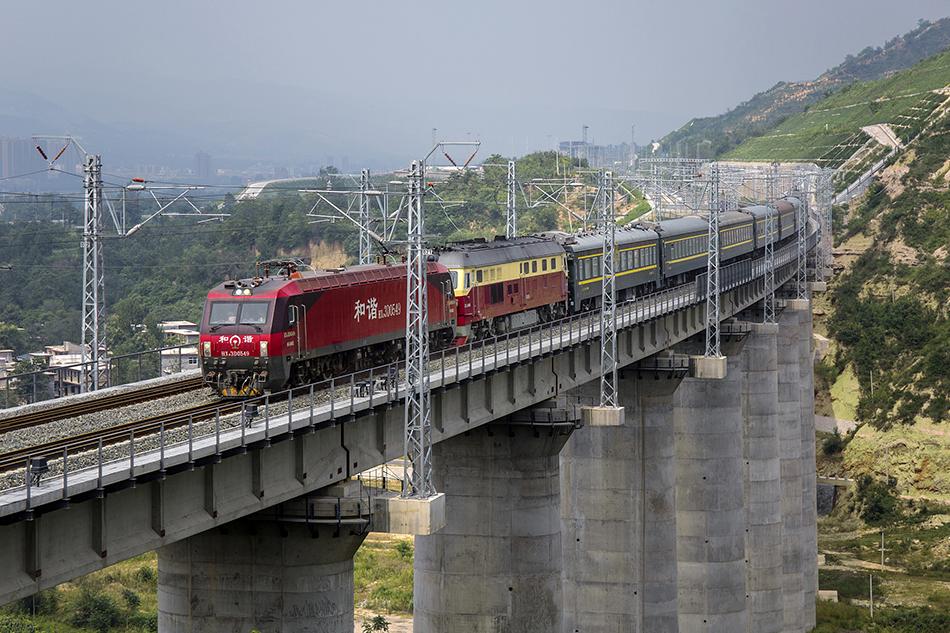 2019年8月25日下午2点多,位于河南省三门峡卢氏县横涧乡境内的浩吉铁路卜象峪大桥上,一列动态测试车组缓缓驶过。 视觉中国 图