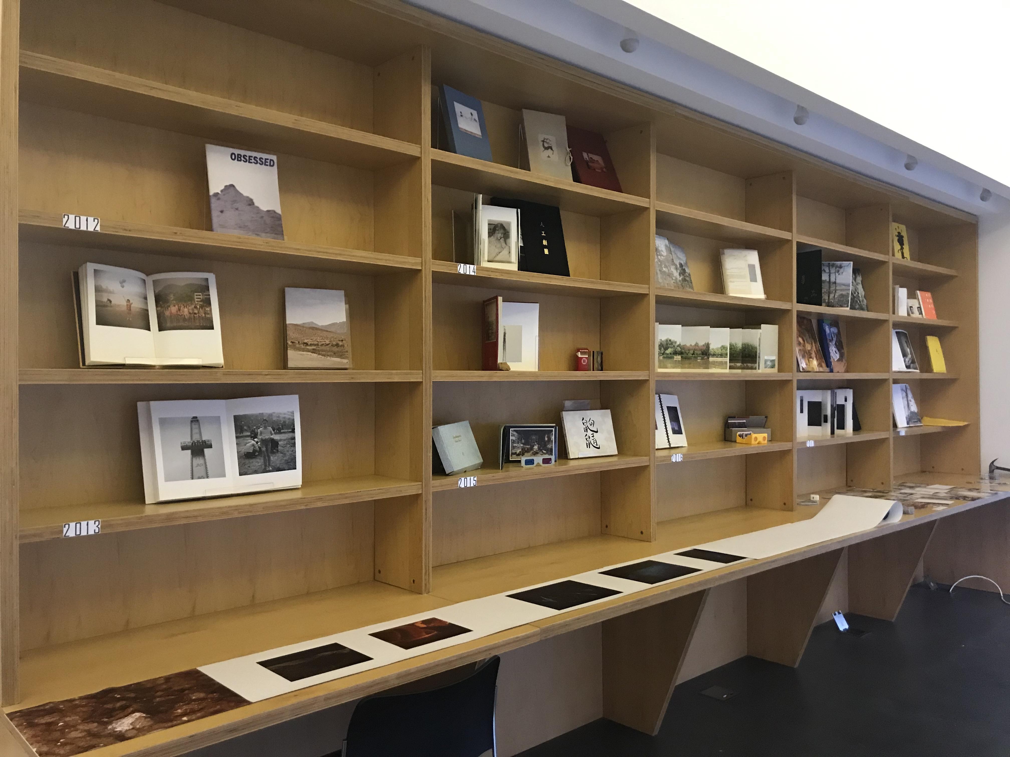 参加艺术书展的假杂志摄影书合影。