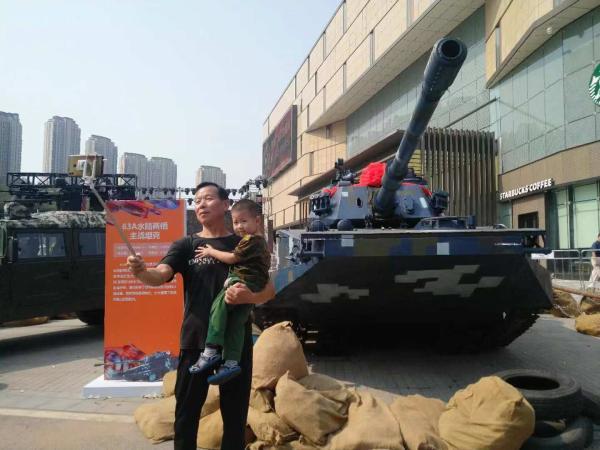 大型军事设备亮相新都心商圈,庆祝新中国成立