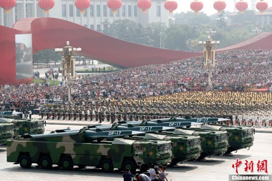 10月1日上午,庆祝中华人民共和国成立70周年大会在北京天安门广场隆重举行。图为东风-17常规导弹方队接受检阅。中新社记者 盛佳鹏 摄