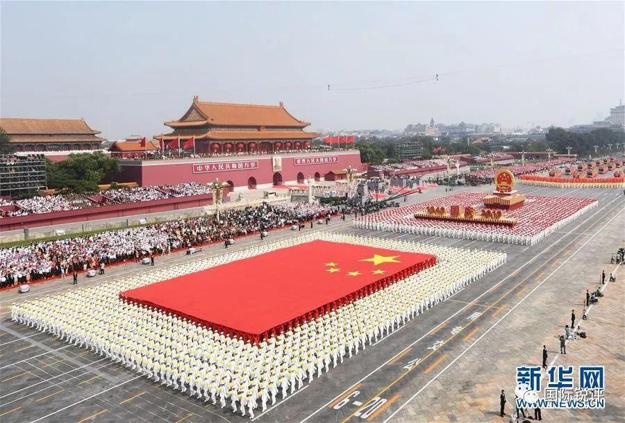 图为10月1日上午,庆祝中华人民共和国成立70周年大会在北京天安门广场隆重举行。这是国旗方阵、国庆年号和国徽方阵。新华社记者 翟健岚 摄