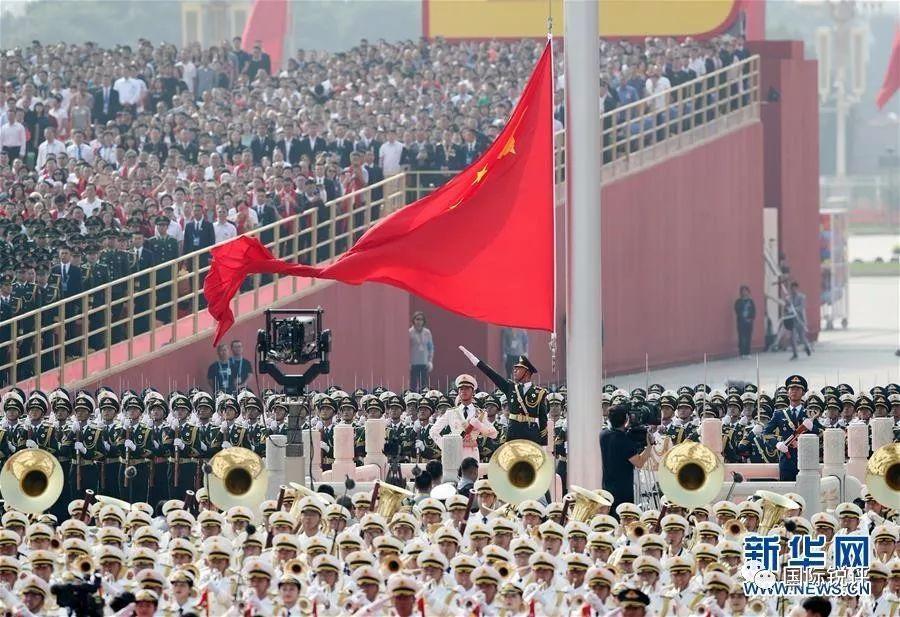 图为10月1日上午,庆祝中华人民共和国成立70周年大会在北京天安门广场隆重举行。这是升国旗仪式。新华社记者 殷刚 摄
