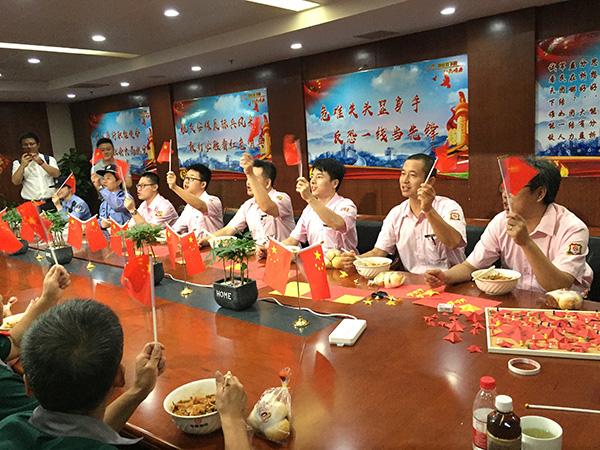 共享国庆喜面成上海新民俗,70年成就人民幸福生活