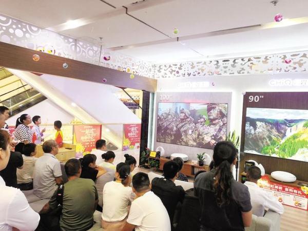 市民在商场集中收看阅兵仪式 全媒体记者 刘颜 摄