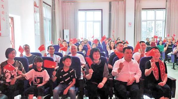 西林街道干部群众集中收看 全媒体记者 黄俊钦 摄