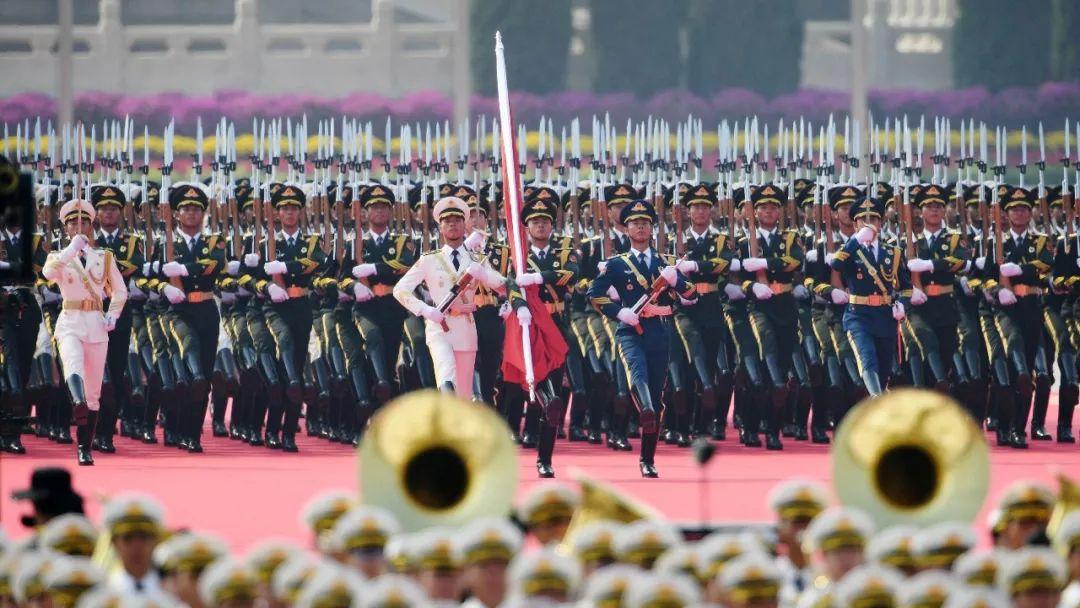 这是国旗护卫队从人民英雄纪念碑基座出发,走向旗杆基座。新华社记者 刘大伟 摄
