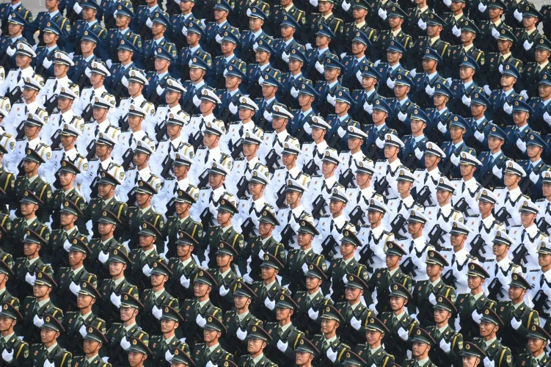 这是行进中的仪仗方队。新华社记者 翟健岚 摄