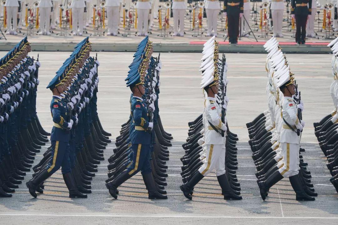 这是行进中的仪仗方队。新华社记者 邢广利 摄