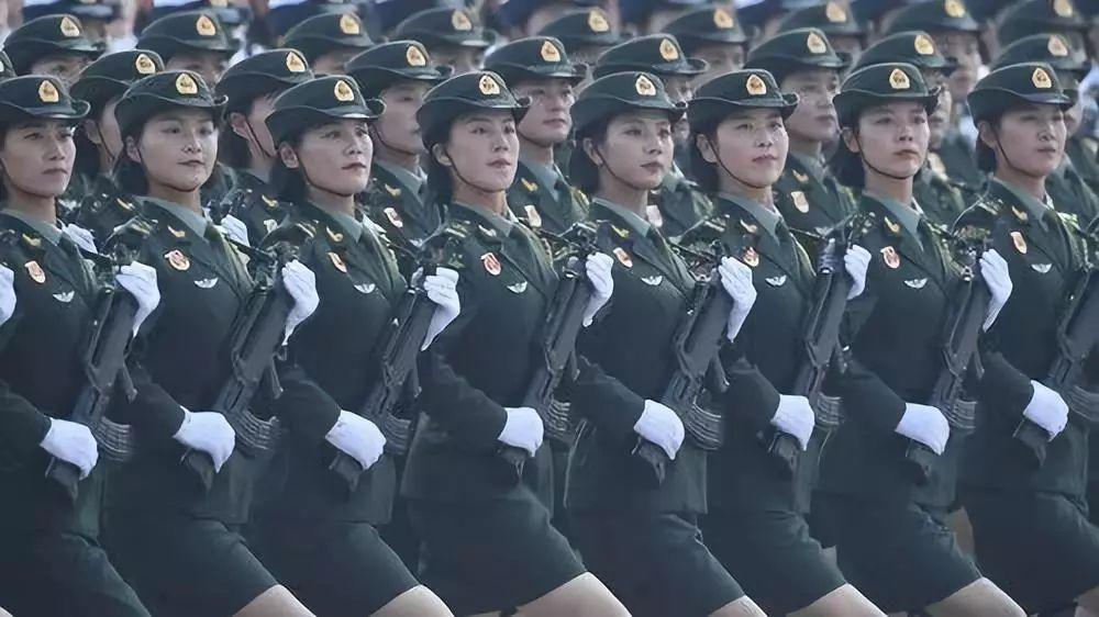 这是行进中的女兵方队。新华社记者 刘大伟 摄