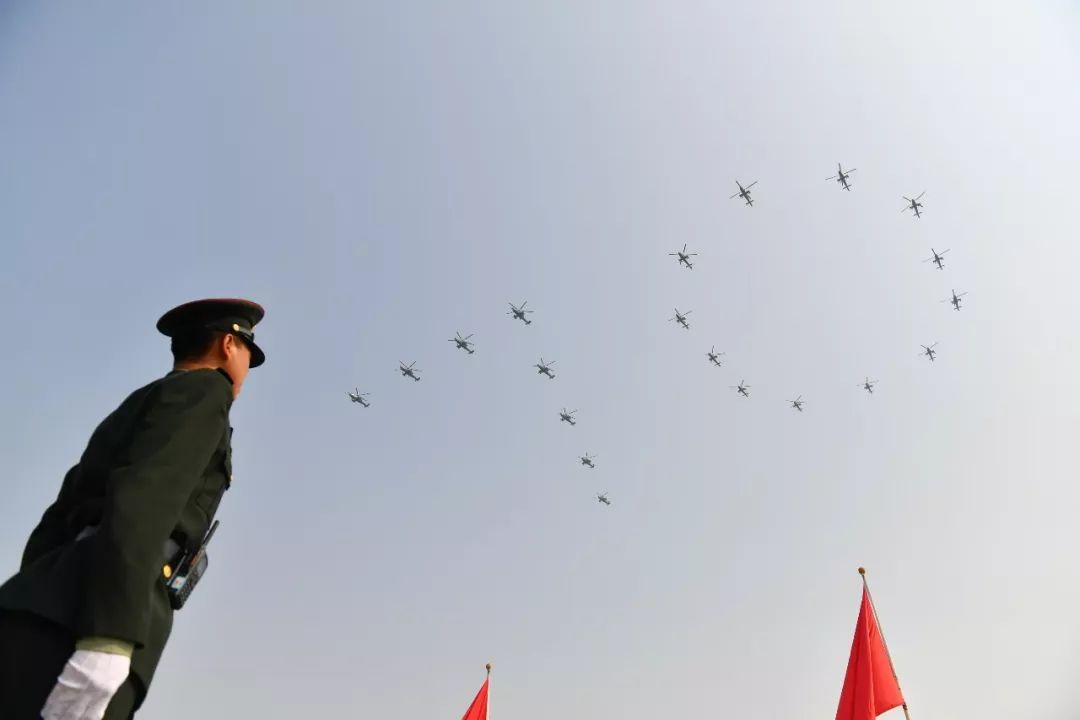 """这是直升机在空中组成""""70""""字样飞过天安门广场。新华社记者 朱峥 摄"""