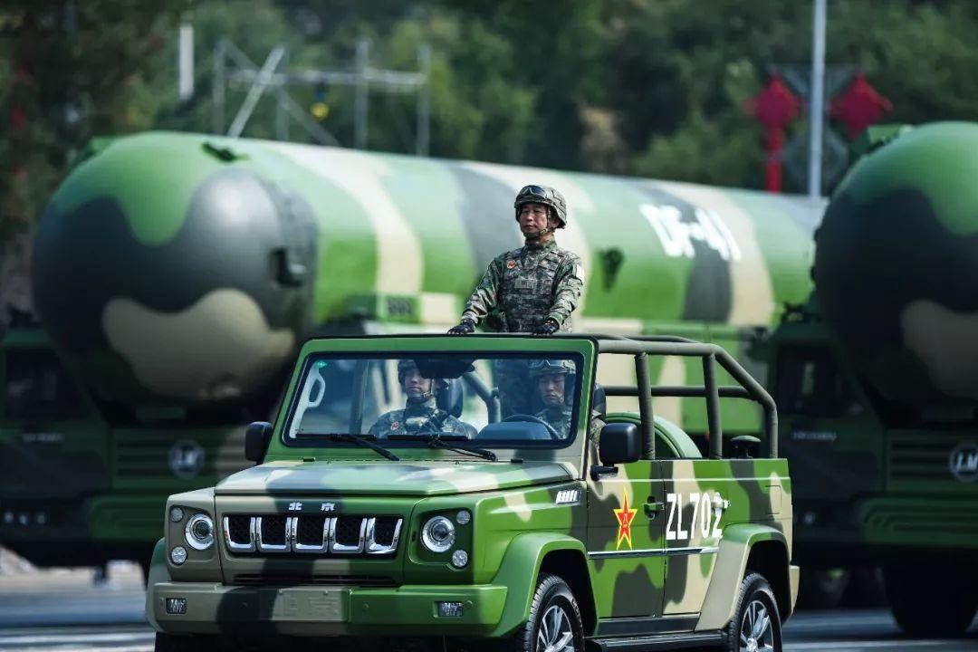 这是东风-41核导弹方队领队车。新华社记者 陶亮 摄