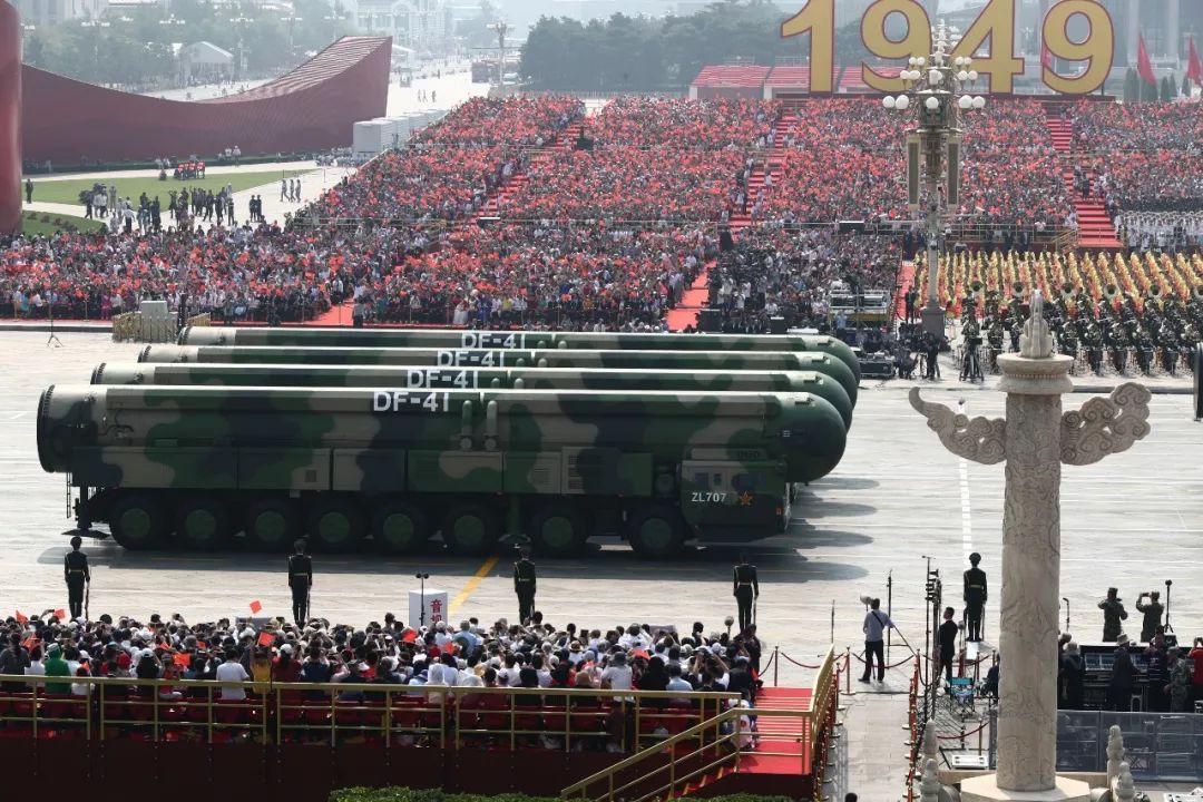 这是东风-41核导弹方队接受检阅。新华社记者 兰红光 摄