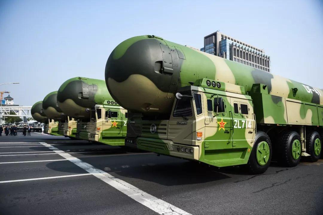 这是东风-41核导弹方队。新华社记者 陶亮 摄