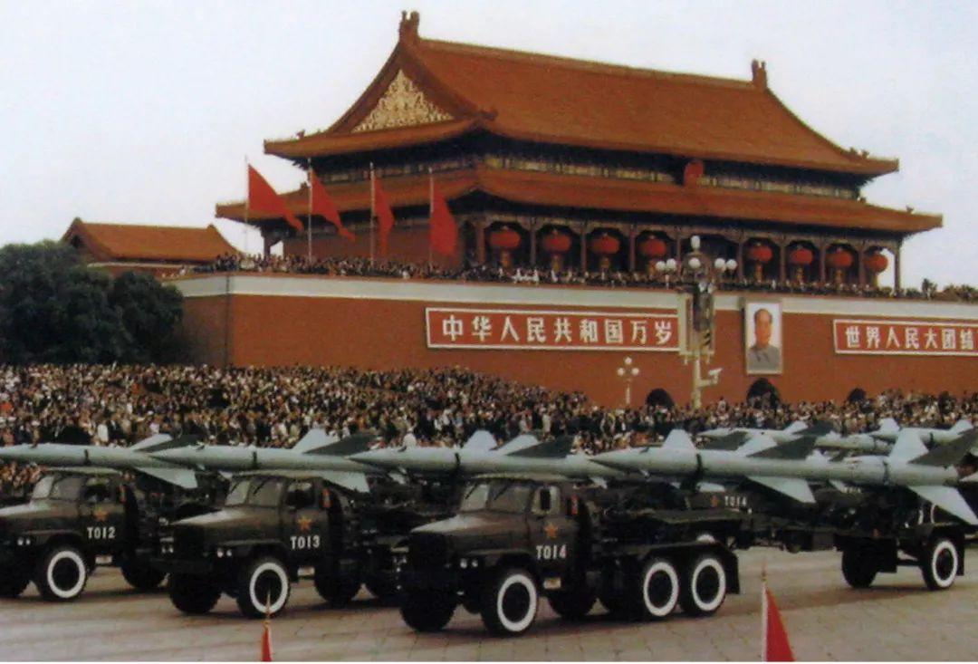"""1999年""""世纪大阅兵"""",地空导弹方队从天安门前经过。资料图"""