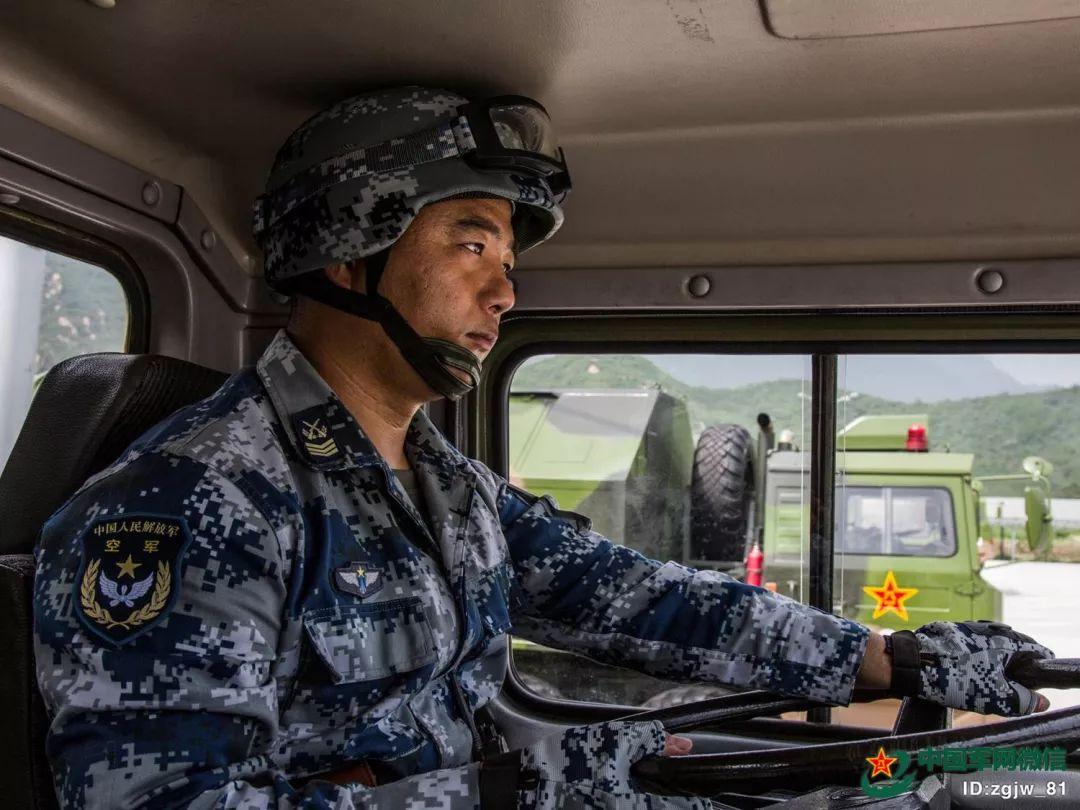 2015年的阅兵训练场上,蒋大力正在进行训练。朱姜海 摄